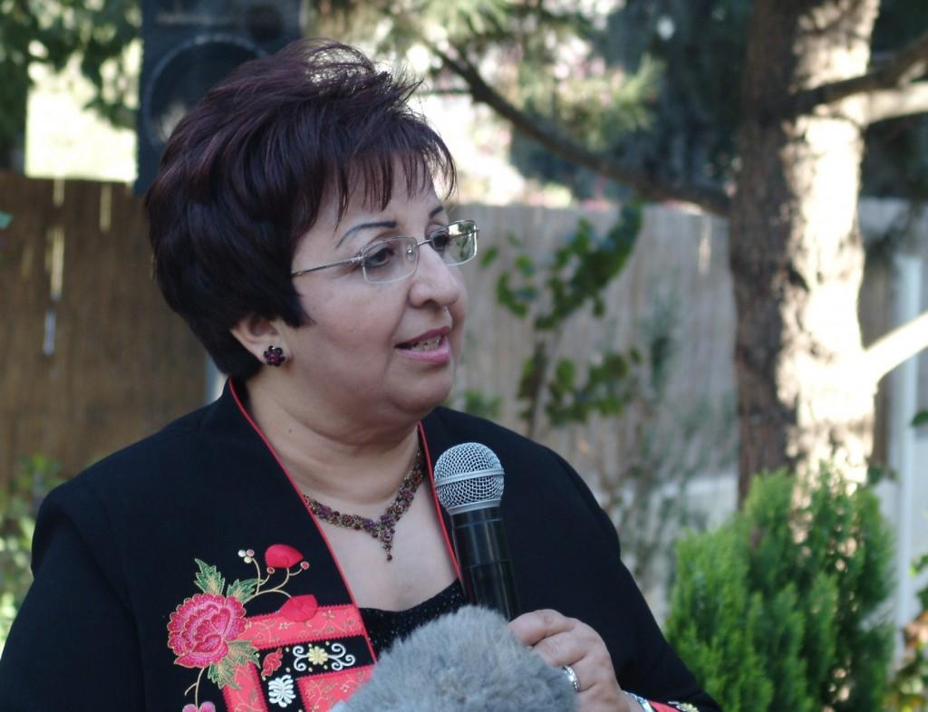 Salwa Al-Najjab con micrófono (Departamento de Estado)