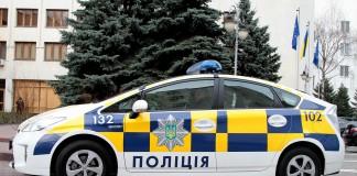 خودروی پلیس با نقش چطرنجی آبی و زردرنگ و نیزه سه شاخه نشان ملی اوکراین (عکس از وزارت کشور اوکراین)