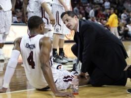یک مربی به یک بازیکن بسکتبال کمک می کند. (عکس از آسوشیتدپرس)
