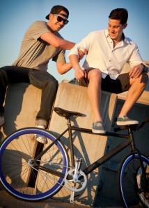Jake Medwell et Jonathan Shriftman avec une bicyclette. (Crédit photo : Solé Bicycles)