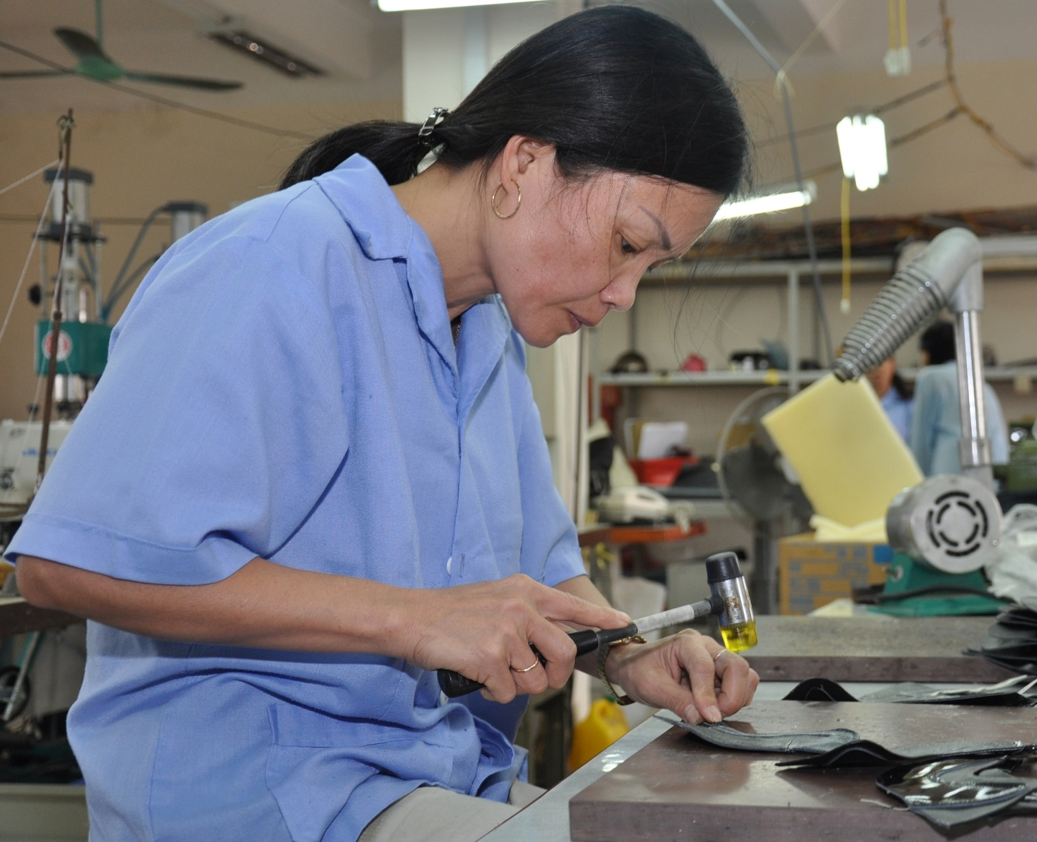 Une femme travaille à une table (USAID/Richard Nyberg)