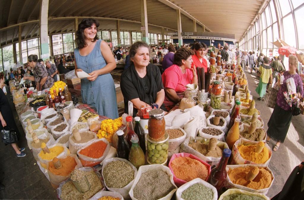 Des femmes vendent des produits dans un marché bien achalandé (Banque mondiale/Yuri Mechitov)