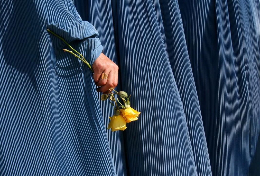 Mão segura flores (© AP Images)