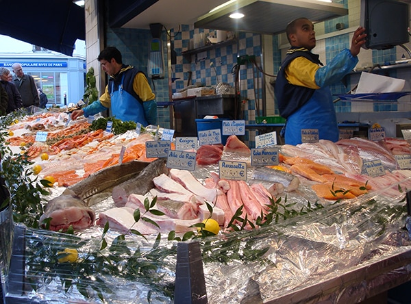 Étalage de diverses espèces de poissons sur un marché (NOAA)