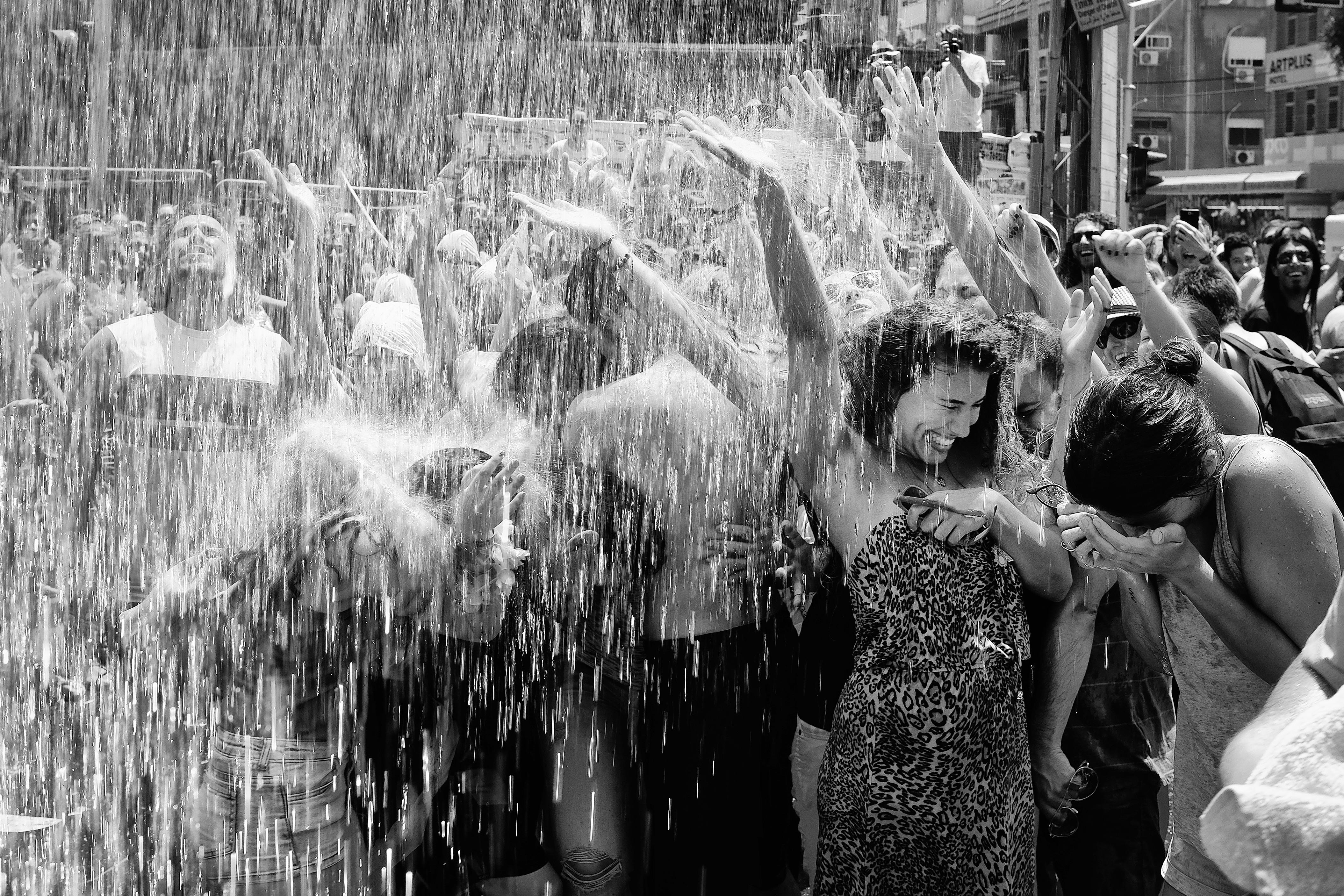 Des gens sous une averse de mousson (amira_a/Flickr)