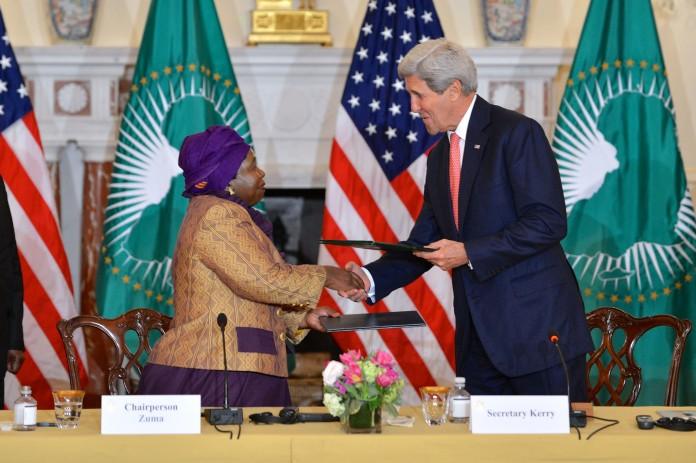 Nkosazana Dlamini Zuma et John Kerry en train de se serrer la main (Département d'État)
