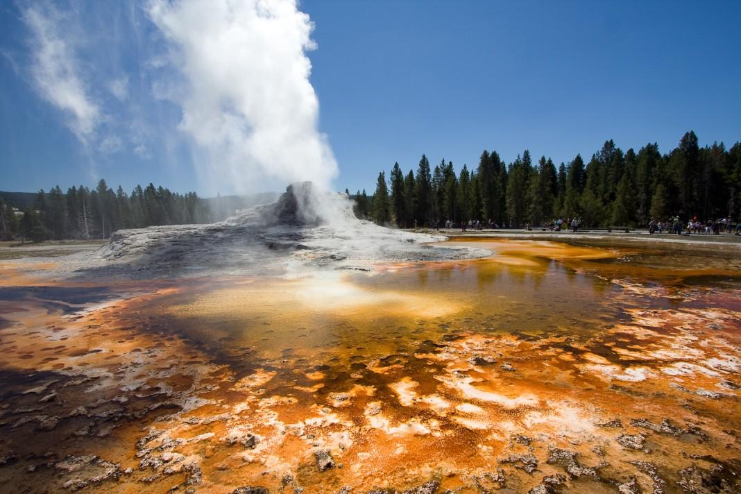 Un geyser qui crache de la vapeur d'eau, dans le parc national de Yellowstone. (Domenico Salvagnin/Flickr)