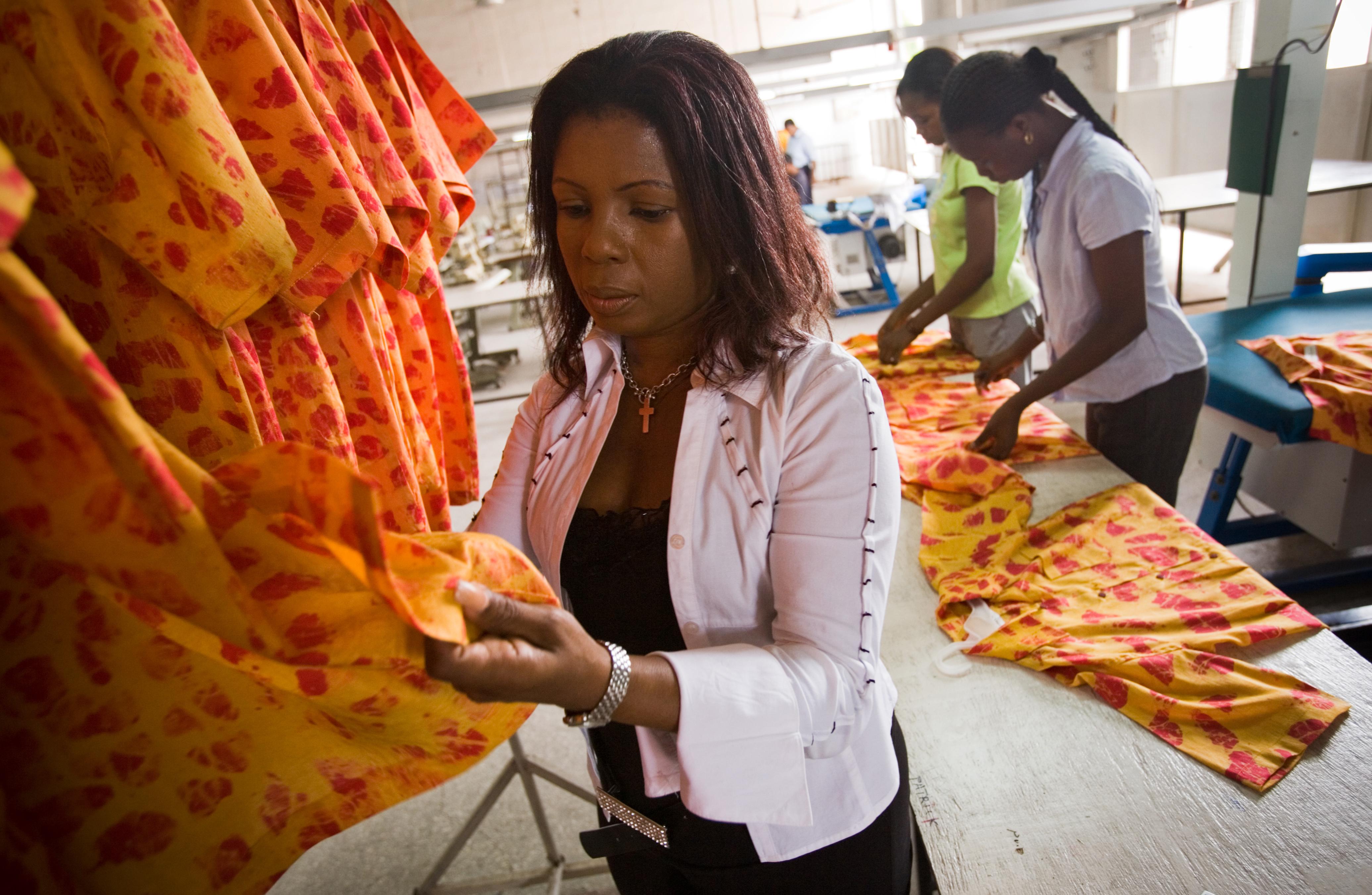 Des femmes inspectent des vêtements dans une usine de confection au Ghana (© AP Images)