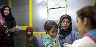 Une petite réfugiée syrienne en train de se faire vacciner (© AP Images)