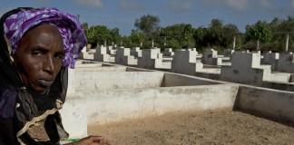 Mujer en un cementerio (© AP Images)