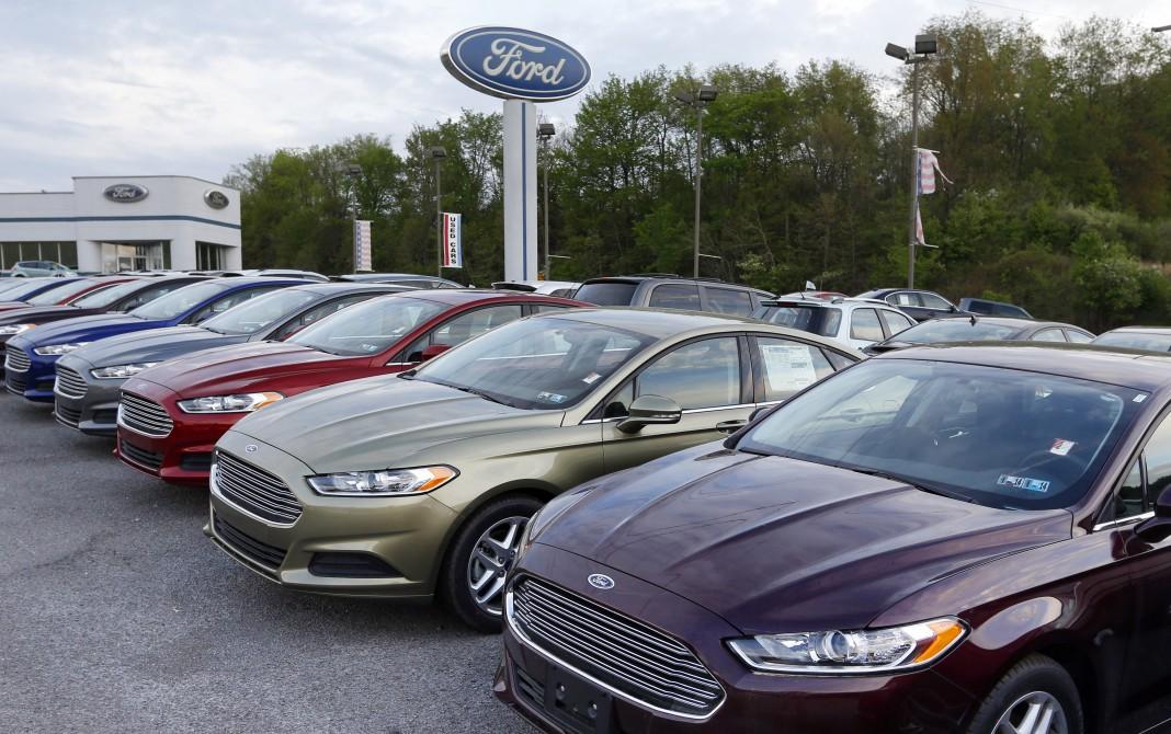 Des voitures garées dans le parking d'un concessionnaire (© AP Images)