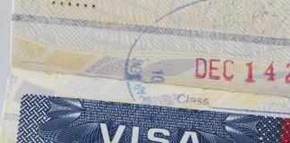 Gros plan sur un visa américain collé à l'intérieur d'un passeport (Thinkstock)