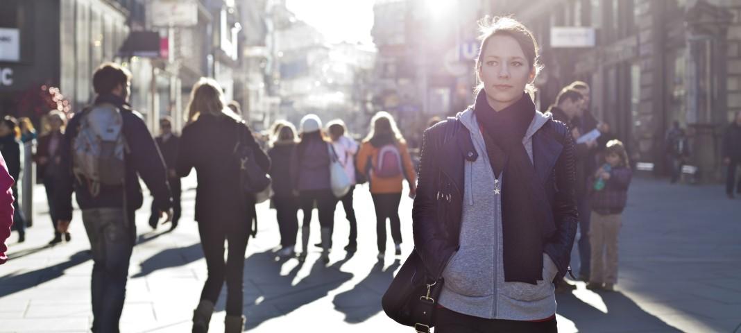 Plan moyen sur une jeune fille, dans une rue pleine de passants. (© AP Images)