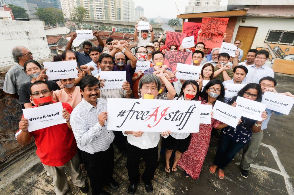 شماری از مردم شعار در دست (Malaysiakini/Lim Huey Teng)