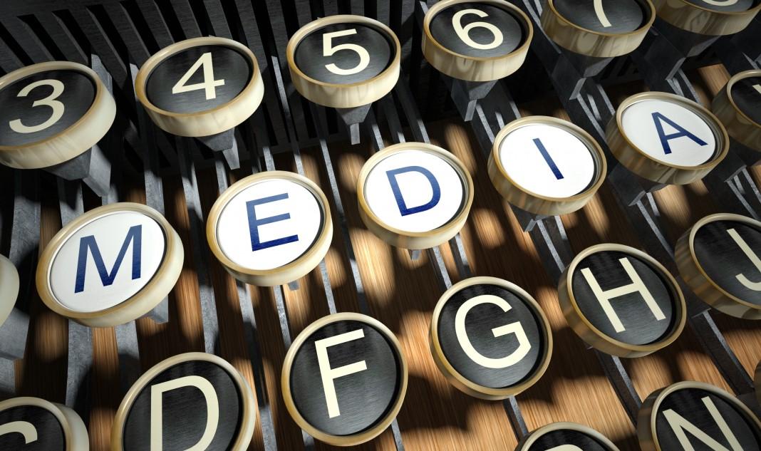 Primer plano de teclas de una máquina de escribir que deletrean M-E-D-I-A (Medios) (© Leszek Glasner/Shutterstock)