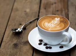 Diseño de hoja en la espuma de una taza de café (Shutterstock)