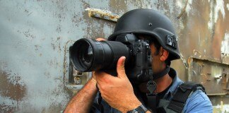 头戴钢盔的摄影记者(Shutterstock)