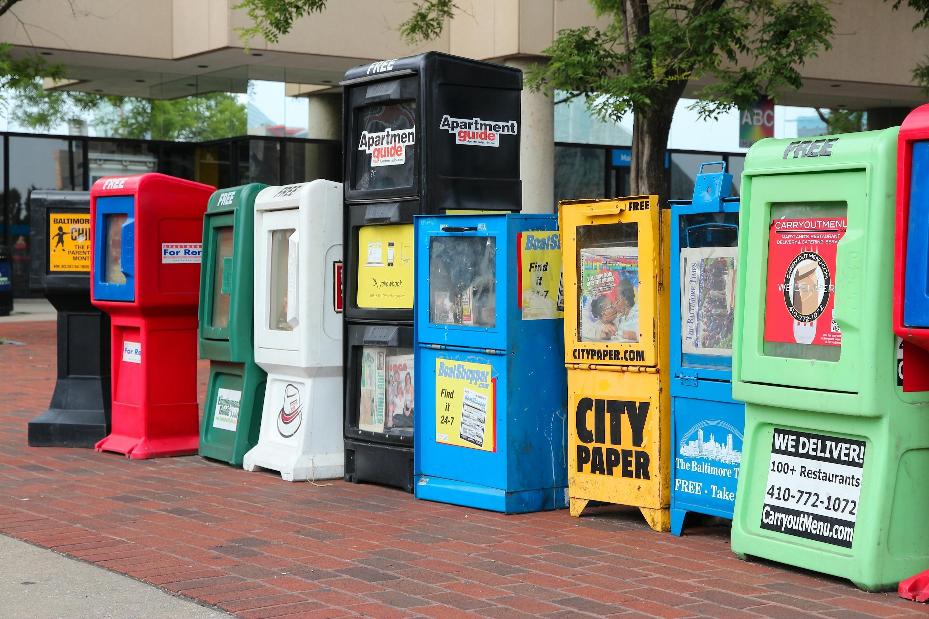 Rangée de boîtes de journaux dans une rue de centre-ville (© Tupungato/Shutterstock.com)