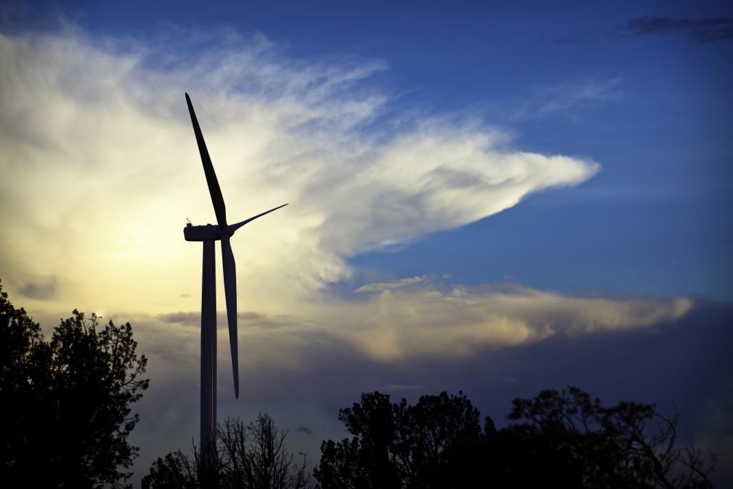Des éoliennes en silhouette contre un ciel ensoleillé (Iberdrola Renewables, Inc.)