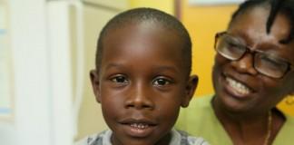 Un garçon et sa mère, souriant (OPS/OMS)