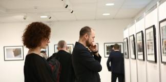 Personas de pie observando una muestra de fotografías en una galería (Foto cedida por la embajada de Estados Unidos en Kiev)