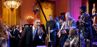 پرزیدنت اوباما در حال خواندن با بی بی کینگ در کاخ سفید (عکس از آسوشیتدپرس)