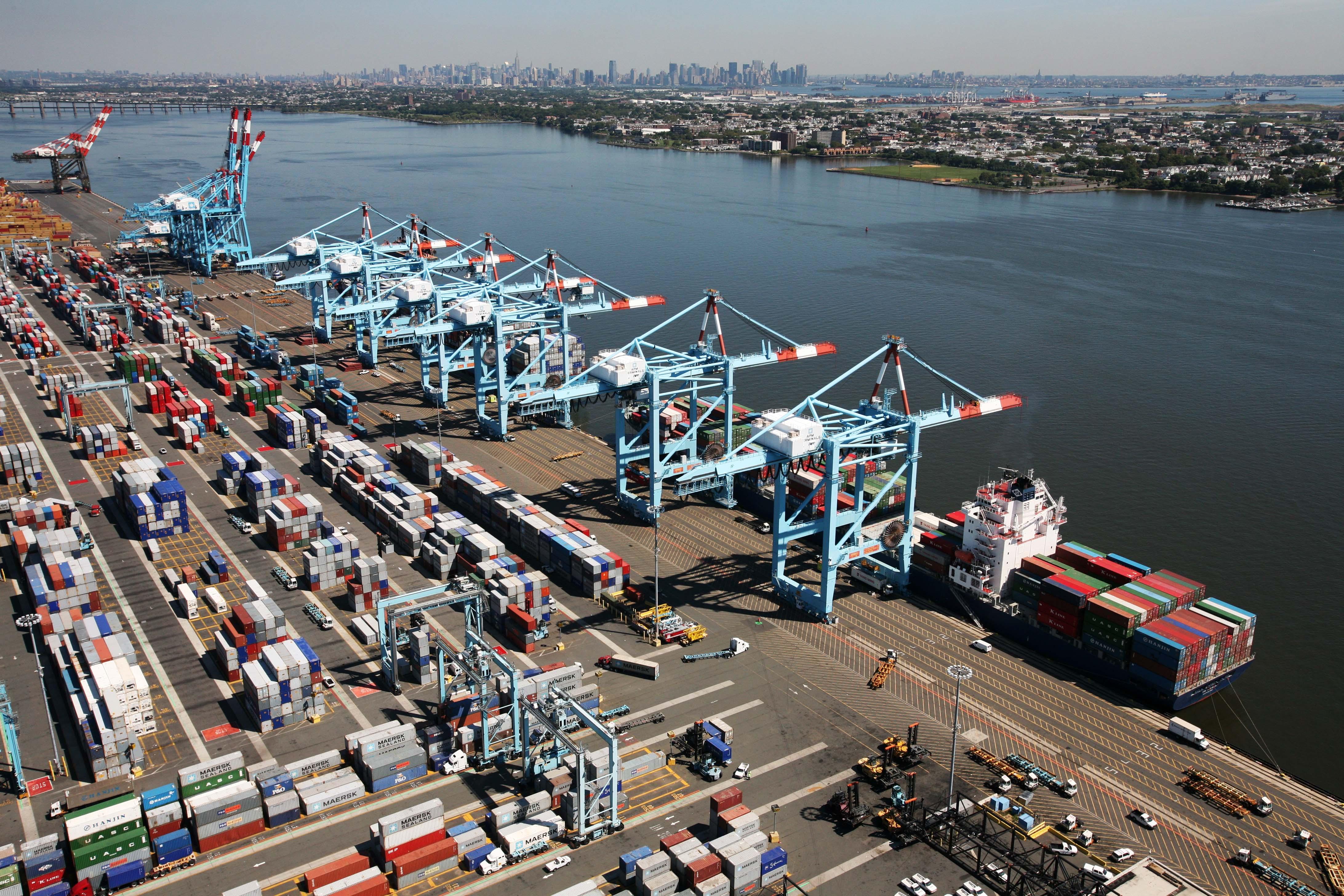 Des conteneurs sur le quai d'un port  (© AP Images)