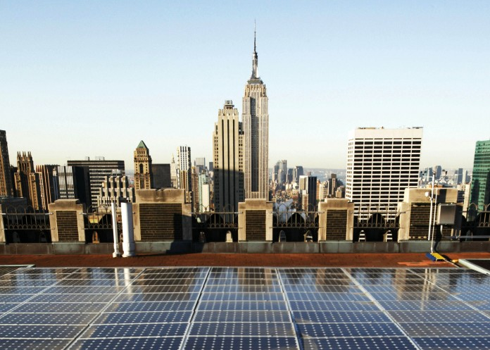 Vue de l'Empire State Building et d'autres gratte-ciel, avec des panneaux solaires au premier plan. (© AP Images)