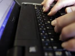 انگشتانی که در حال تایپ کردن روی صفحه کلید یک رایانه مجهز به فناوری صفحه خوان هستند. (عکس از آسوشیتدپرس)