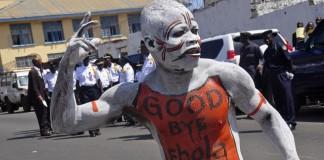 مردی که بدنش را رنگ آمیزی کرده است در خیابان می رقصد (عکس از آسوشیتدپرس)