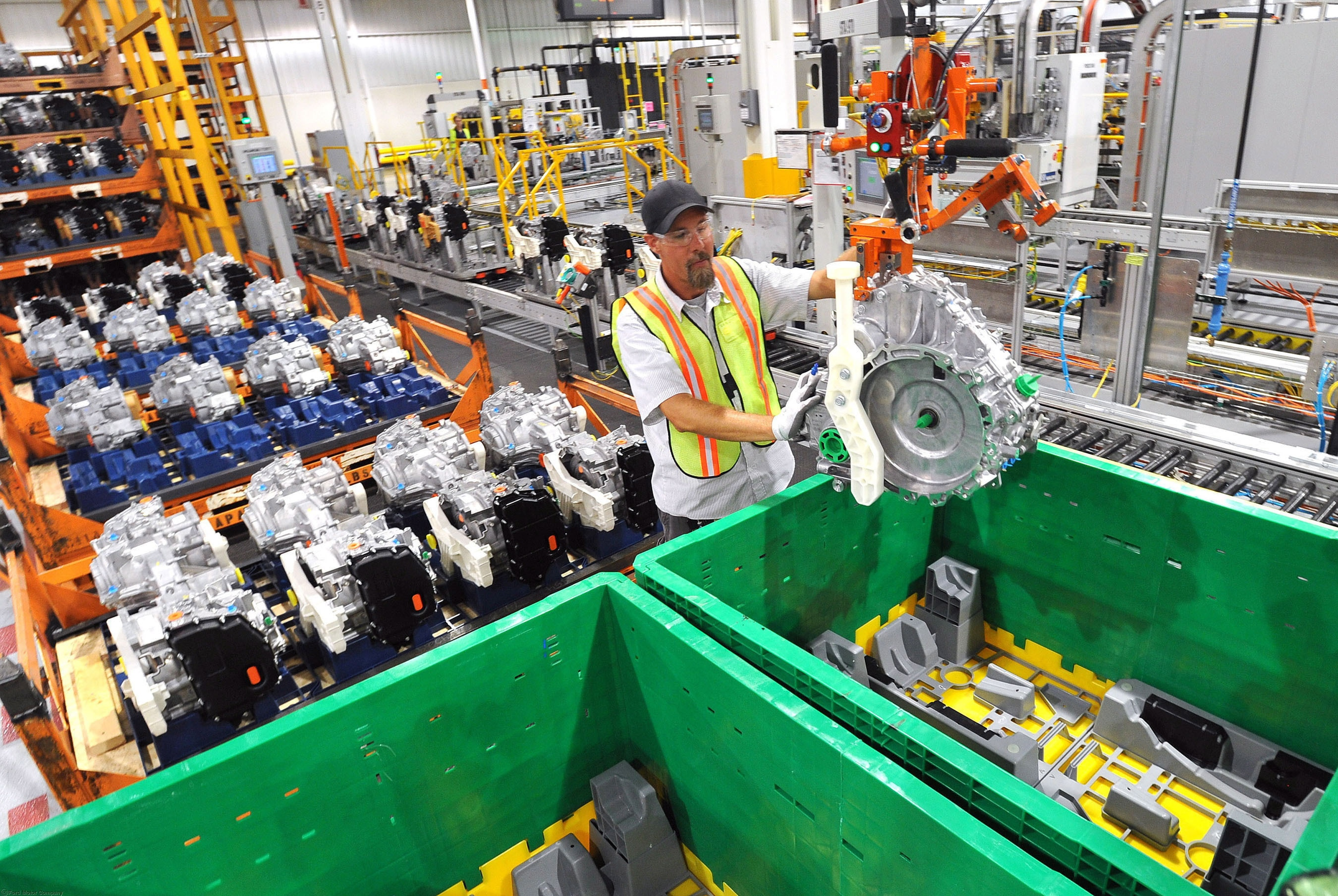 کارگران یک کارخانه خودروسازی، در خط مونتاژ موتور کار می کنند (عکس از آسوشیتدپرس)