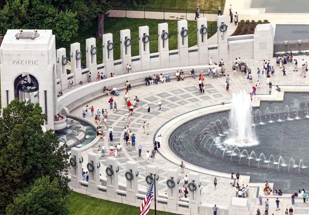 Aerial view of visitors at World War II Memorial (© Evan Vucci/AP Images)