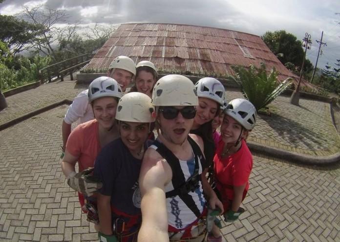 Un groupe d'étudiants portant des casques prennent une selfie. (American University)