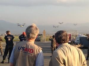 Personal de rescate en la pista de un aeropuerto, observando la llegada de aeronaves (Departamento de Defensa)