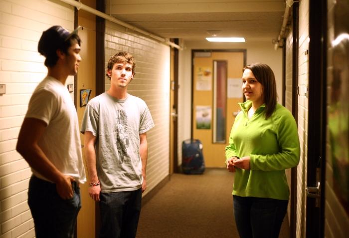 Trois étudiants discutent dans un couloir. (Erin Mroos/Rocky Mountain Collegian)