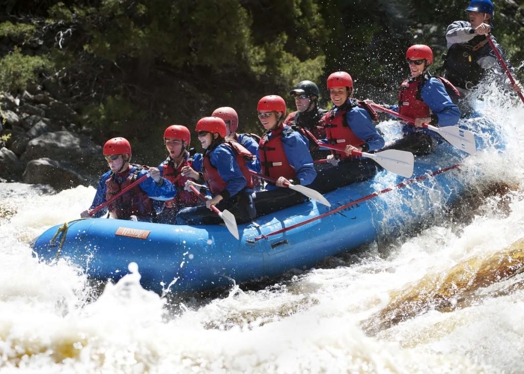 Personas en una balsa en rápidos de un río (Universidad de Wyoming)