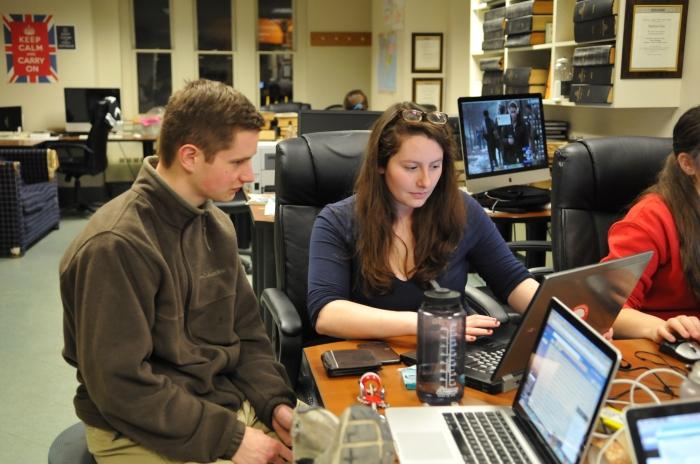 Deux étudiants, assis à un bureau, regardent l'écran d'un ordinateur portable. (Lilia Xie)