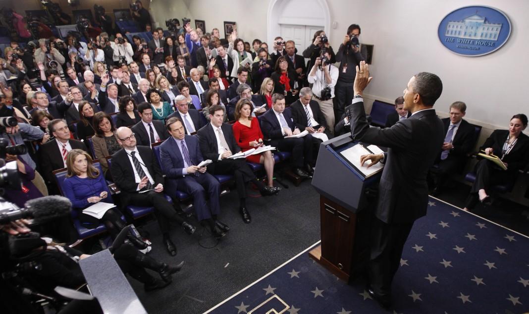 El presidente Obama hablando ante una sala de prensa repleta ()
