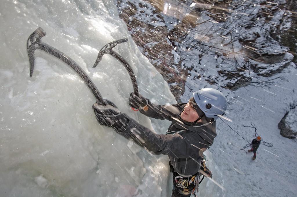 Une personne en train d'escalader un mur de glace avec des piolets. (UAF/Todd Paris)