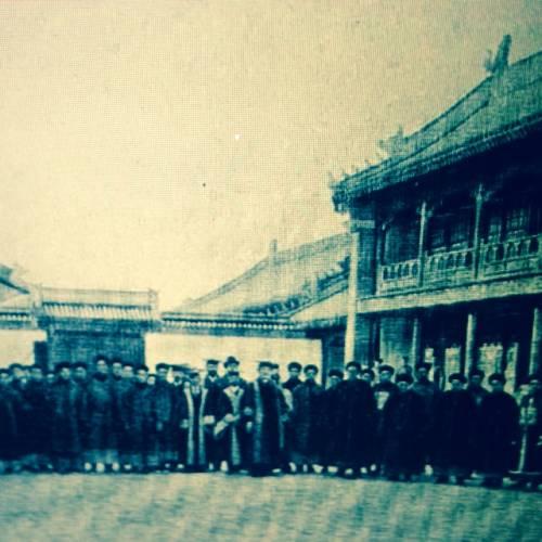 目前唯一所见京师大学堂成立初期教职员合影,中间站立者为校长丁韪良(照片:公有领域)