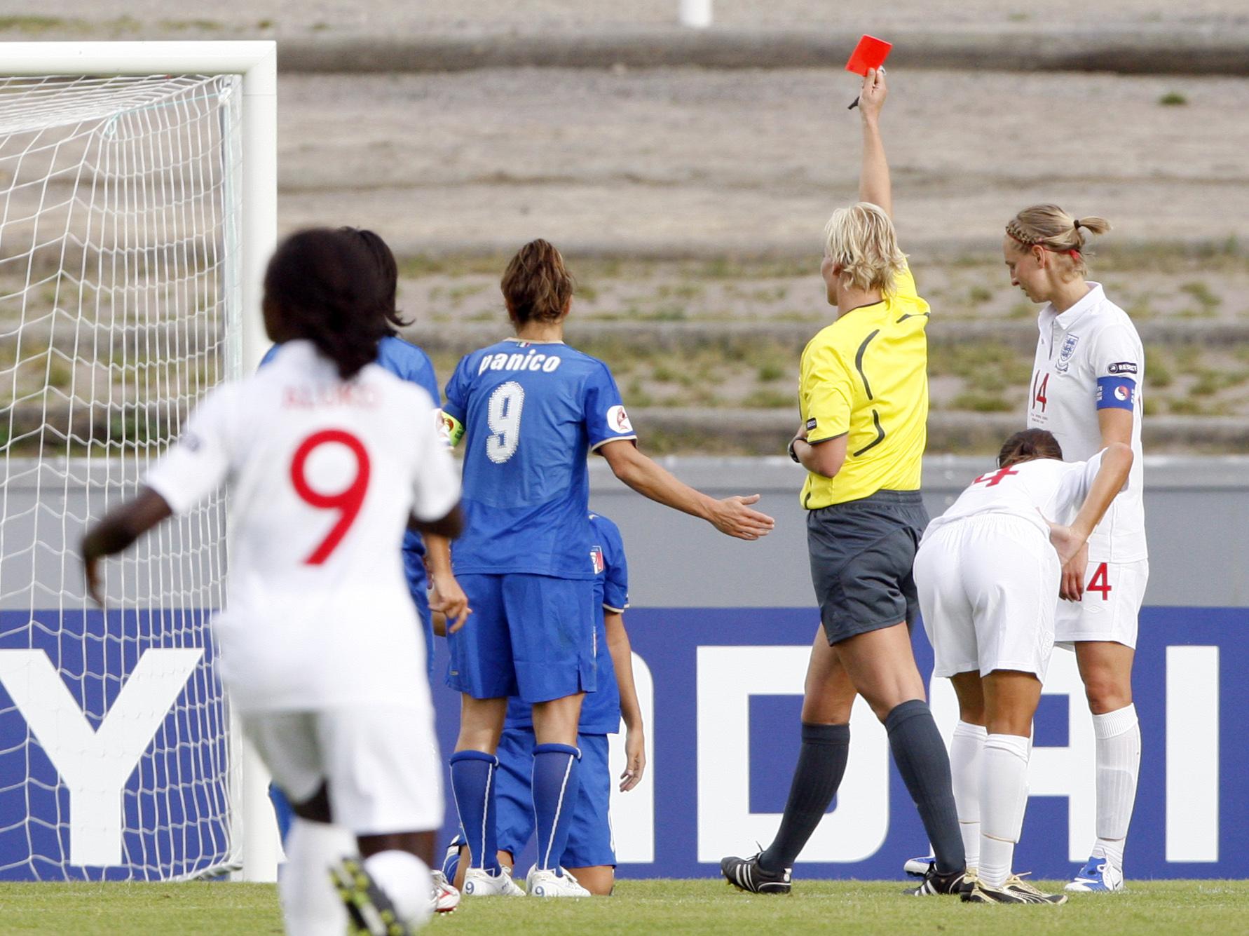 داور در یک مسابقه فوتبال زنان یک کارت قرمز را بالا گرفته است (عکس از آسوشیتدپرس)