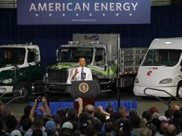 پرزیدنت اوباما جلوی سه کامیون ایستاده و صحبت می کند (عکس از آسوشیتدپرس)