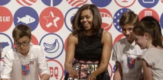 Michelle Obama participe à un atelier de cuisine avec des étudiants (© AP Images)