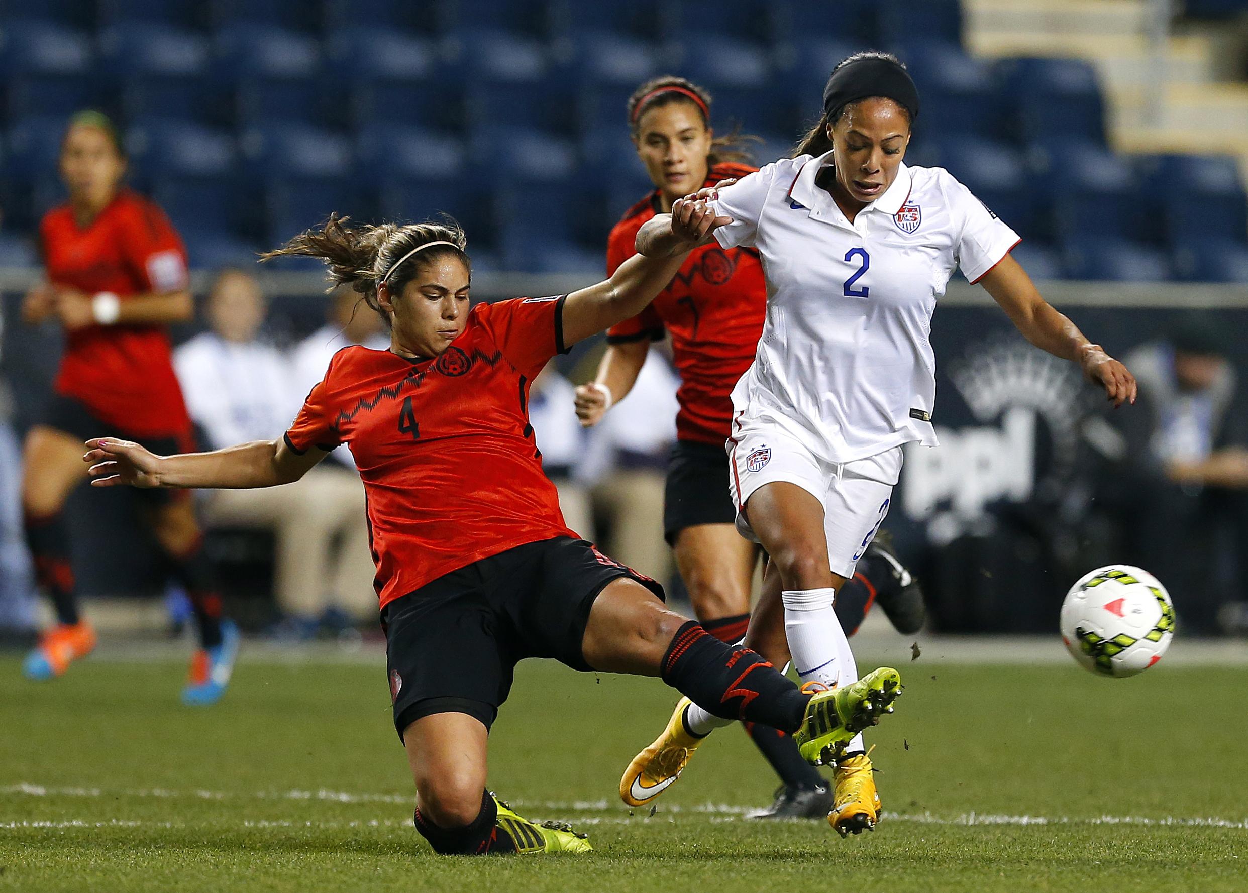 بازیکنان دو تیم مخالف در یک مسابقه فوتبال زنان برای کنترل توپ رقابت می کنند (عکس از آسوشیتدپرس)