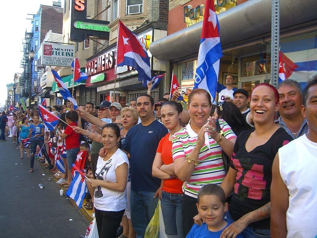 مردم در سرتاسر خیابان های شهر با پرچم های کوبا اجتماع کرده اند (ویکی مدیا کامنز/ لوییجی نووی)