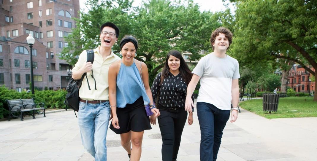 Estudiantes universitarios caminando en grupo (D.A. Peterson/State Dept.)