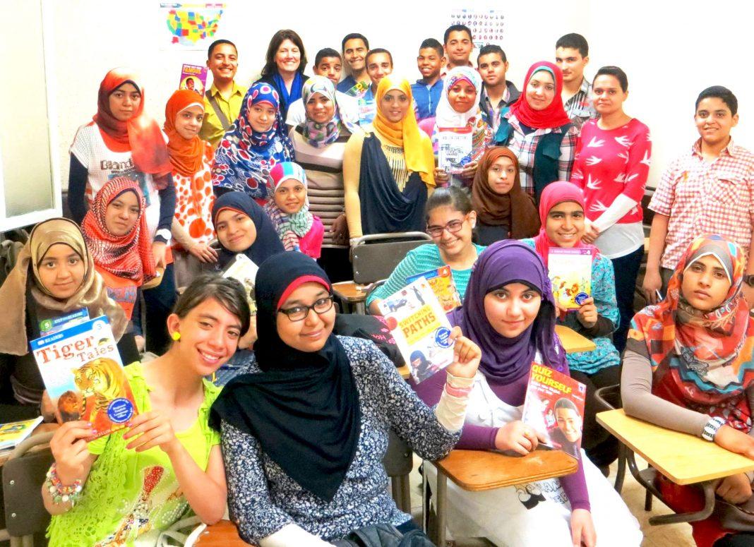 Estudiantes en El Cairo, con libros de inglés en sus manos (Depto. de Estado)