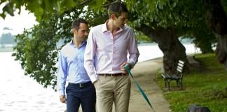 Daniel Baer (à gauche) et son mari en promenade avec leur chien (Département d'État)