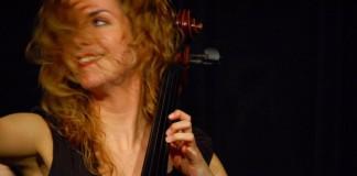 Primer plano de una joven tocando el violonchelo (Conservatorio Oberlin)
