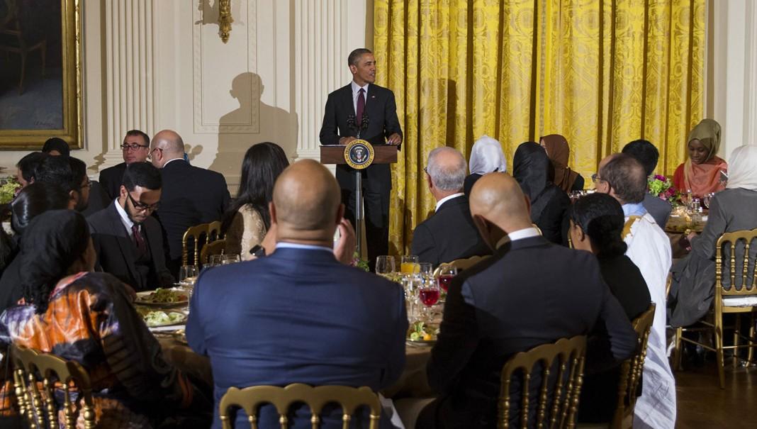El presidente Obama habla frente a invitados (© AP Images)